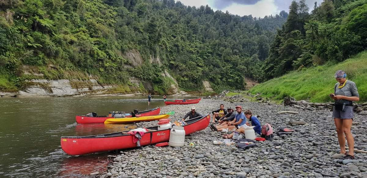 whanganui river canoe trip rest break on the side of the river